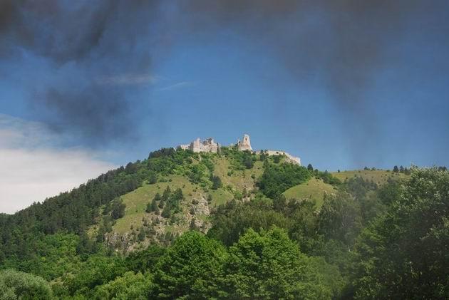 Čachtický hrad zahalený do dymu z 464.001 © Ivan Wlachovský