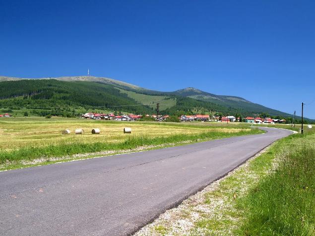 Kráľová Hoľa, Kráľová Skala a pod nimi obec Šumiac