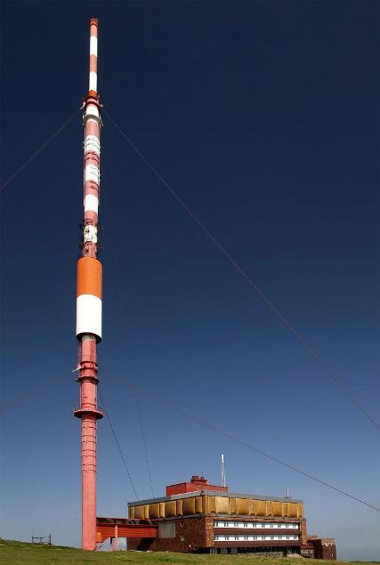 130m vysoký vysielač postavený v roku 1960