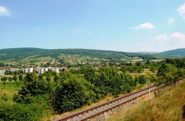 Velká nad Veličkou, koľaj dole je podniková vlečka Kordárny...