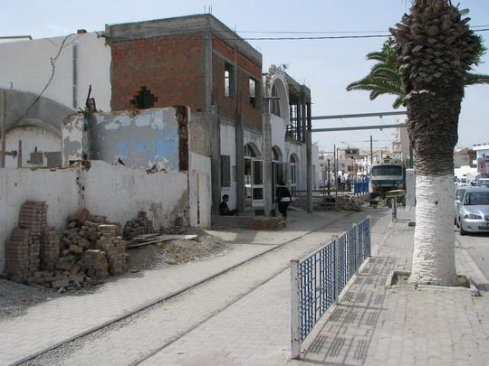 Přestavba stanice Sousse Bab el Jedid a jednotka YZ-E-001 jako vlak č. 516 na koleji kdysi do města vedoucí © PhDr. Zbyněk Zlinský