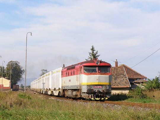 751.197 s prázdnou súpravou prechodí cez stanicu Tekovské Lužany. 6. 10. 2010.