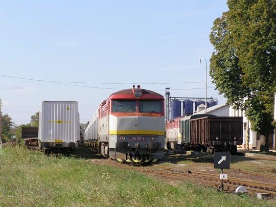 Rovnaká súprava po príchode do Želiezoviec. V pozadí Mn vlak so strojom 751.205, ktorý si bol medzičasom odskočiť v Šahách.