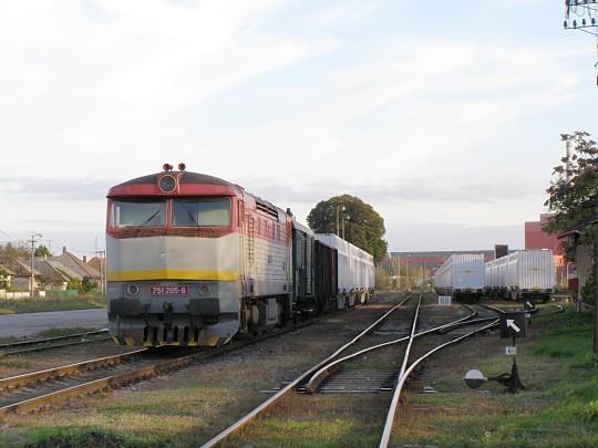 """751.205 povezie večerný Mn vlak do Levíc, v ktorom bude zaradený aj náklad cukrovej repy pre Sereď. """"Kolega"""" 751.197 je zatiaľ schovaný za súpravou. Želiezovce, 6. 10. 2010."""