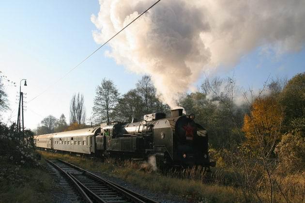 Odchod vlaku OsOs 30028 zo ŽST Mníchova Lehota © Milan Vojtek
