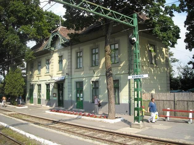 Výpravní budova ve stanici Kerepes na trati Gödöllöi HÉV nezapře železniční původ této tratě. 2.7.2010 © Peter Žídek
