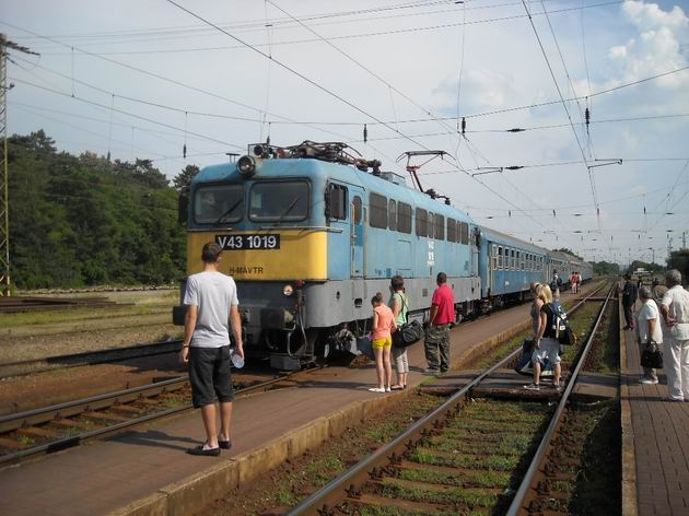 Nepříliš vábný rychlík z Budapešti do Sátoraljaújhely vjíždí do stanice Gödöllö. 2.7.2010. © Peter Žídek