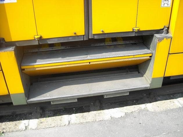 Skládání schodů před odjezdem ex-hannoverské tramvaje ze zastávky- dveře jsou už zavřené, schody následují. 3.7.2010. © Peter Žídek