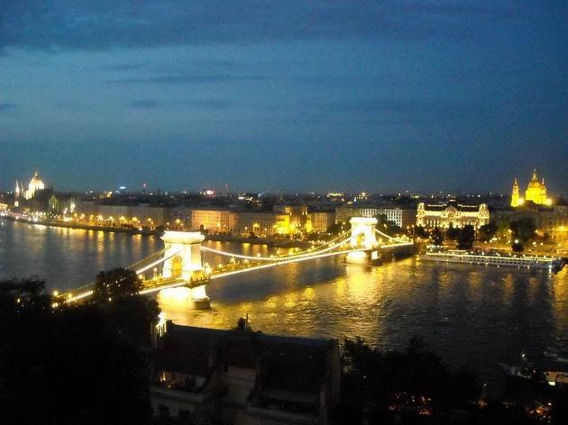 Večerný pohled na Széchényi Lánchíd a Dunaj- budapešťská klasika. 3.7.2010. © Peter Žídek