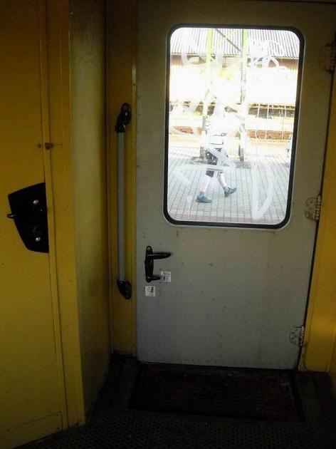 Široké nástupní dveře do vozu řady Bhv, schody mají stejný mechanismus jako v našich Bixech. 4.7.2010 © Peter Žídek