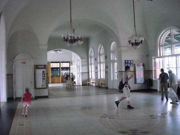 Vestibul u vstupu na nástupište szegedské stanice. 4.7.2010 © Peter Žídek