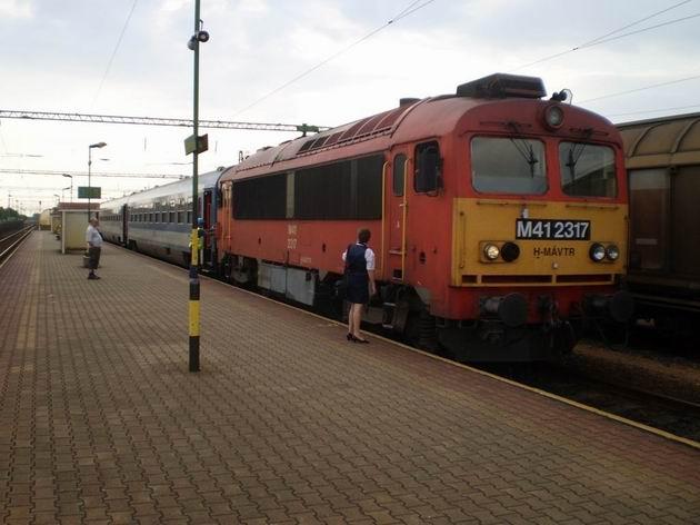Třívozová souprava vlaku IC do Szombathely před odjezdem z Csorny. 6.7.2010 © Jan Přikryl