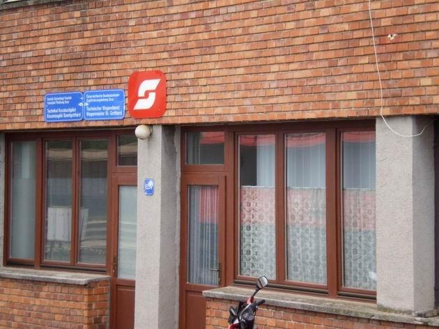 Osztrák Szövetségi Vasútak aneb rakouské nápisy v maďarštině v Szentgotthárdu. 6.7.2010 © Jan Přikryl