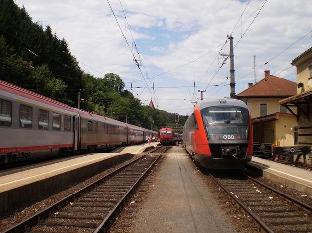 Dopravní ruch ve stanici Spielfeld-Strass: vpravo Desiro do Bad Radkersburgu, vedle S-Bahn do Brucku an der Leitha a vlevo IC do Mariboru. 6.7.2010 © Jan Přikryl