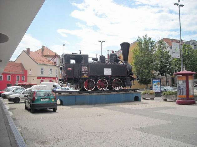Parní lokomotiva řady 151-001 JŽ stojí před staniční budovou v Mariboru. 6.7.2010 © Peter Žídek