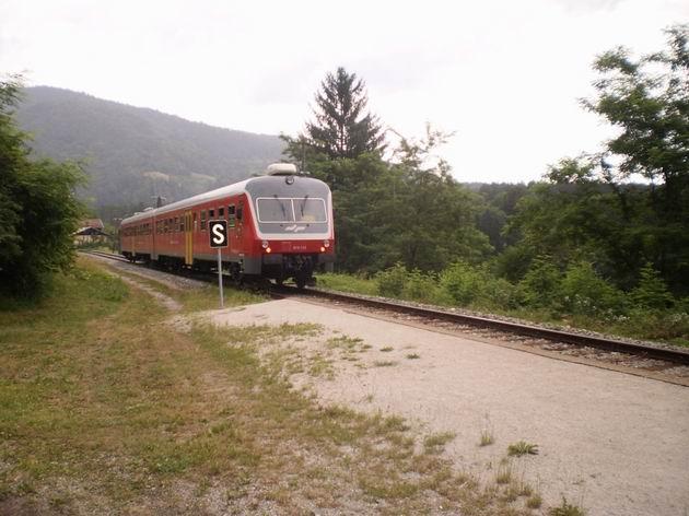 Osobní vlak z Mariboru do Bleiburgu, tvořený jednotkou řady 813.114 SŽ, opouští zastávku Fala. 6.7.2010 © Jan Přikryl