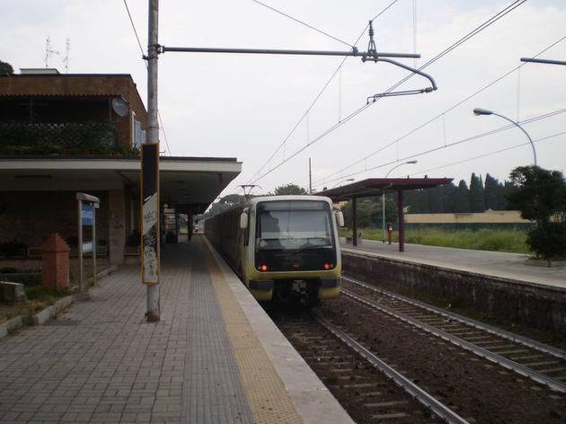 Jednotka typu MA 300 opouští stanici Ostia Antica cestou do Říma. 7.7.2010 © Jan Přikryl