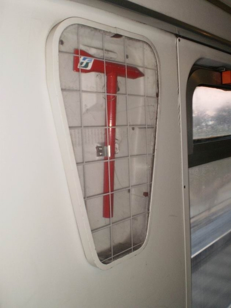 """Velké kladivo na rozbití okna patří ke standardní výbavě italských IC vozů """"Eurofima"""". 7.7.2010 © Jan Přikryl"""