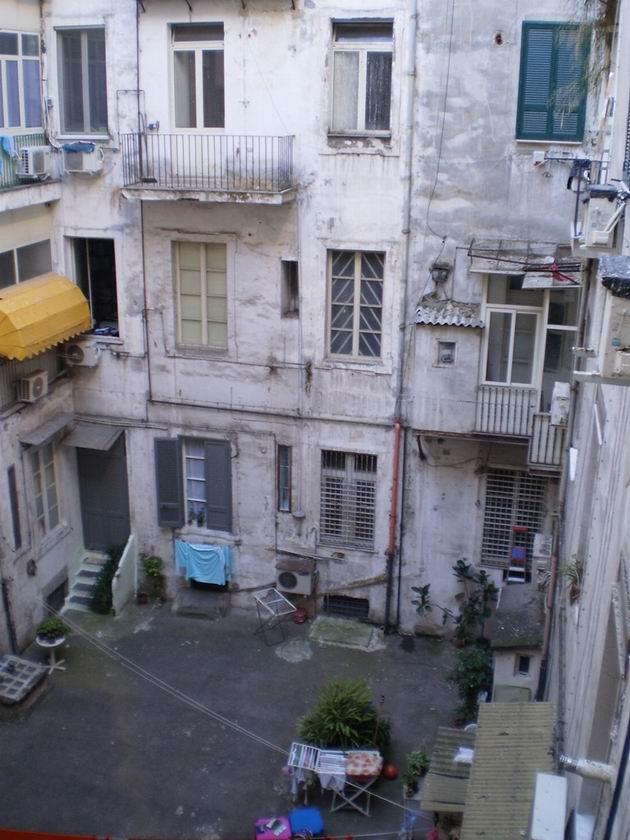Pohled z okna v hotelu Ginevra na nevábný dvorek činžáku. 8.7.2010 © Jan Přikryl