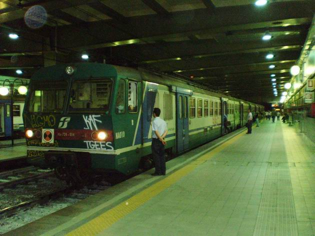Jednotka řady ALe 724.014 FS stojí na stanici Napoli- Piazza Garibaldi s místním vlakem z Torre Annunziata do Villy Literno. 8.7.2010 © Jan Přikryl