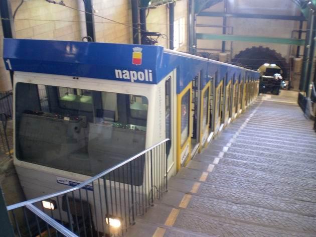 Souprava lanovky Chiaia stojí v horní stanici Via Cimarosa. 8.7.2010 © Jan Přikryl