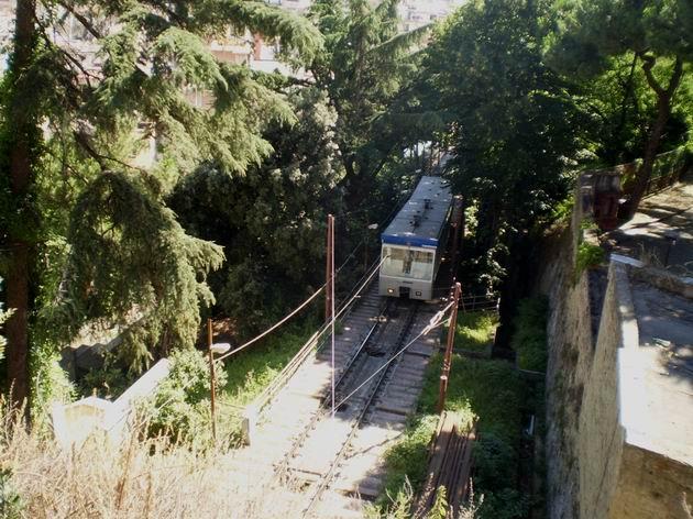 Souprava lanovky Montesanto se cestou nahoru blíží k nácestné stanici Corso Vittorio Emmanuelle. 8.7.2010 © Jan Přikryl