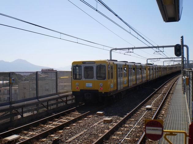 Souprava metra právě opustila stanici Frullone a míří po estakádě do centra Neapole. 8.7.2010 © Jan Přikryl