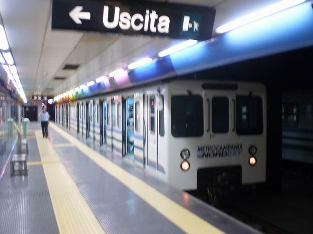 Nástupiště konečné stanice Piscinola Linee Arcobaleno s čekající soupravou metra. 8.7.2010 © Jan Přikryl