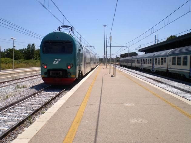 Patrová jednotka TAF opouští stanici Aversa na osobním vlaku do Neapole. 8.7.2010 © Jan Přikryl