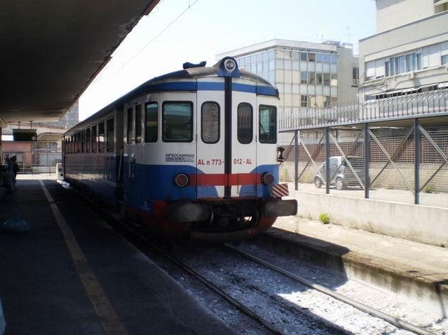 Motorák řady ALn 773.012 MCNE po příjezdu z Piedimonte do stanice Napoli Centrale. 8.7.2010 © Jan Přikryl