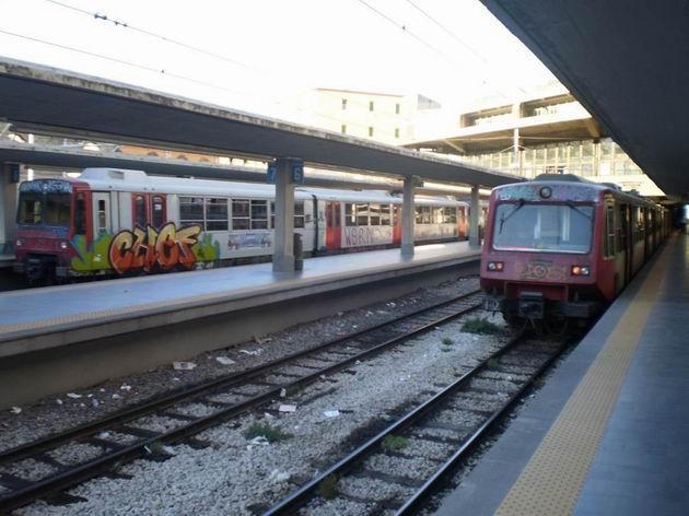 Srovnání jednotek řady ETR 220 (vlevo) a ETR 221 (vpravo) ve stanici Napoli-Porta Nolana. 10.7.2010 © Jan Přikryl