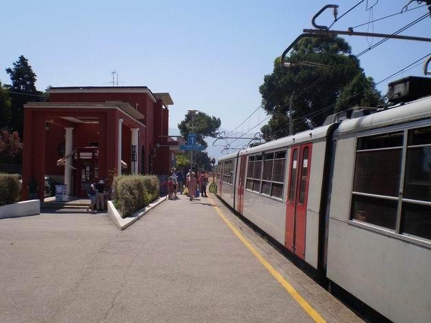 Na kusých kolejích stanice Poggiomarino stojí jednotky řady ETR 220 (vlevo) a ETR 221 (vpravo) na vlacích do Neapole