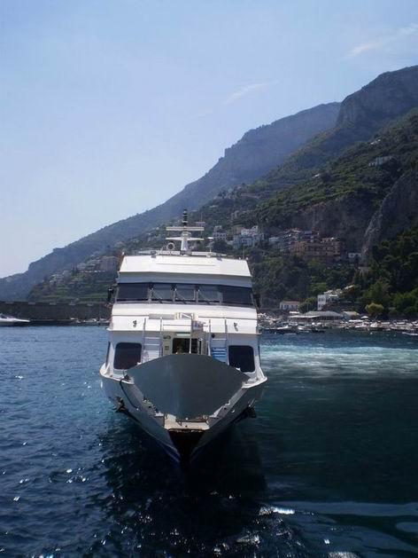"""Aliscafo """"Ischia Jet"""" opouští přístaviště v Amalfi. 10.7.2010 © Jan Přikryl"""