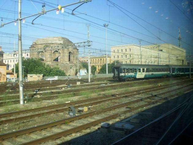 Posun se soupravou nočního vlaku v Římě- aneb obstarožní lůžkový a lehátkový vůz v sousedství antických památek. 11.7.2010 © Jan Přikryl