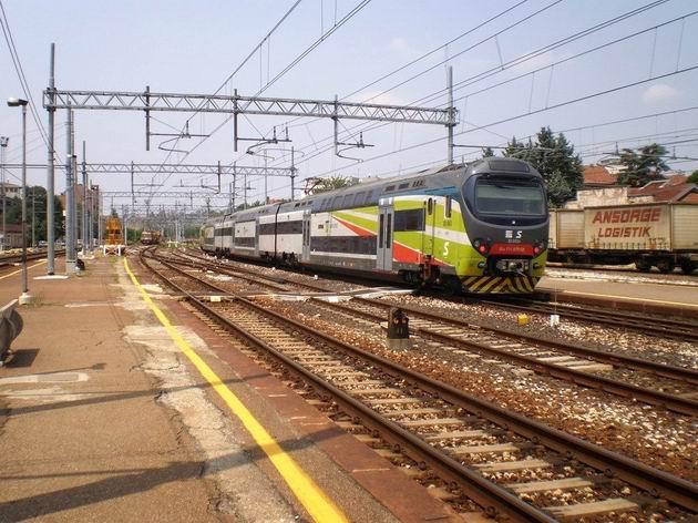 Jednotka TAF FerrovieNord na osobním vlaku Trenitalie přijíždí do stanice Gallarate. 11.7.2010 © Jan Přikryl