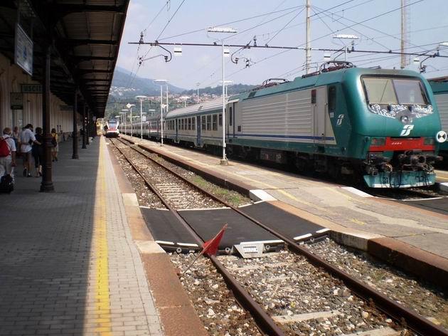 Stanice Luino- souprava osobního vlaku do Gallarate stojí pod stejnosměrným napětím, FLIRT v pozadí již na střídavém. 11.7.2010 © Jan Přikryl