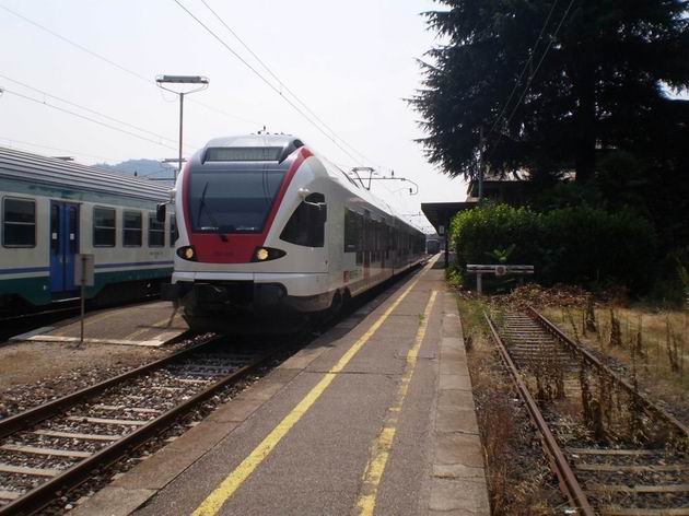 FLIRT řady 523 SBB stojí ve střídavé části pohraniční stanice Luino s vlakem systému TILO do Bellinzony. 11.7.2010 © Jan Přikryl