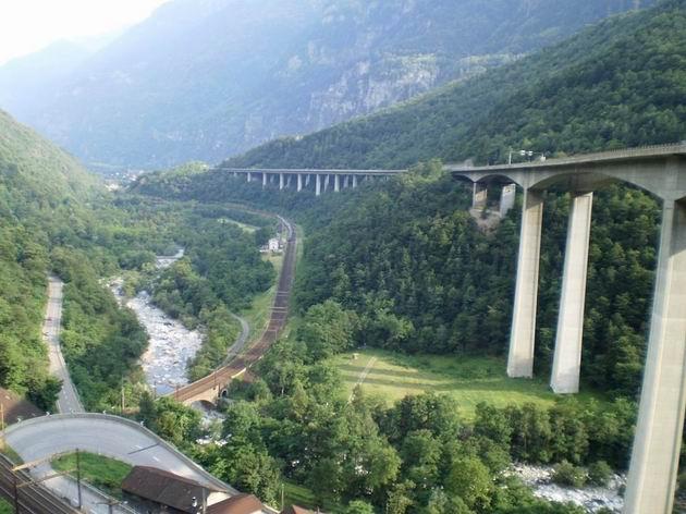 …a stejné místo o úroveň výš, dole je patrný vlak IR z Curychu do Locarna. 11.7.2010 © Jan Přikryl
