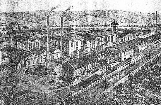 Chemická továrna firmy Blasberg v Hnúšti nakreslená ze strany odkud byla do areálu zaústěna jedna z lesních železnic firmy. Tady možná mohly jezdit i úzké lokomotivy z Krompach.