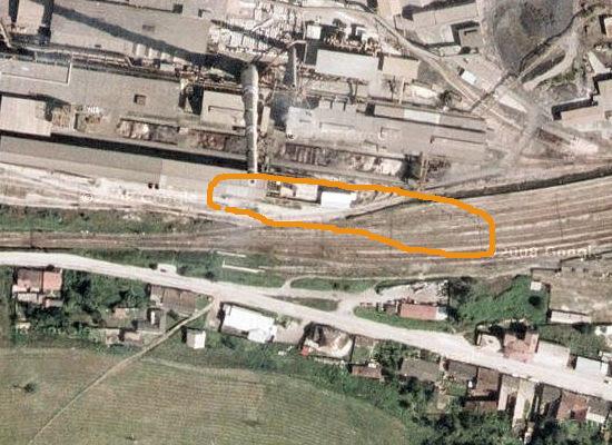 Odhadovaná poloha zásobníku rudy a nájezdové rampy zakreslená do fotomapy západního zhlaví dnešního nádraží Krompachy. Zdroj podkladové mapy: Google