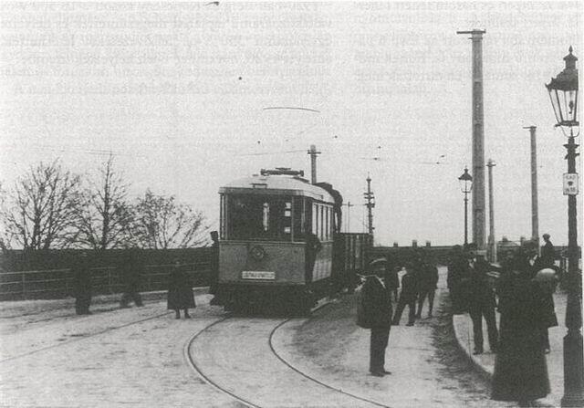 Električkový vozeň CMg 1612 spoločnosti P.O.H.É.V. s rozchodom 1435mm na ľavostrannom zjazde z mosta Františka Jozefa I. Zdroj: Régi magyar villamosok.