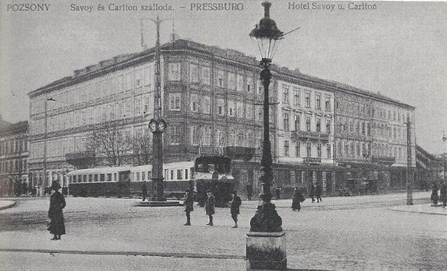 Diaľkový vlak Bratislava - Viedeň pri hoteli Savoy okolo roku 1915.Zdroj: Archív Peter Martinko.