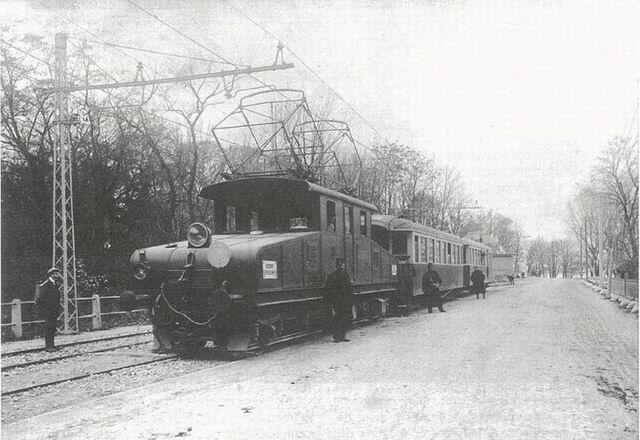 Diaľkový vlak Viedeň - Bratislava smerujúci do Bratislavy na zastávke Liget kitéro (Petržalka výhybňa)okolo roku 1915. Zdroj: Régi magyar villamosok.