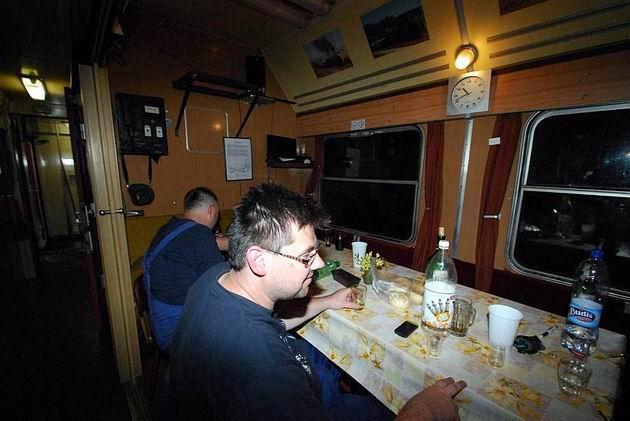 Večera v ubytovaciom vozni PPS. © Ivan Wlachovský