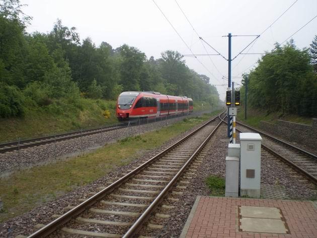 """Wörth: Třídílný Talent řady 643 DB míjí na své cestě do Landau konečnou zastávku """"tramvaje"""" Badepark. 28.4.2011 © Jan Přikryl"""