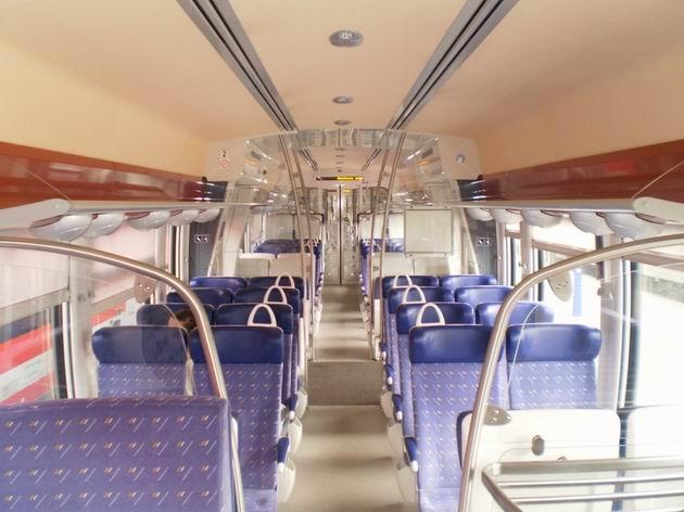 Francouzsky elegantní interiér motorové jednotky řady 76 500 SNCF. 28.4.2011 © Jan Přikryl