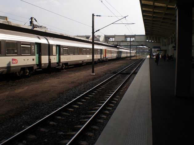 Mulhouse: Souprava vozů Corail stojí jakožto vlak kategorie TER200 ve stanici před odjezdem do Baselu. 28.4.2011 © Jan Přikryl