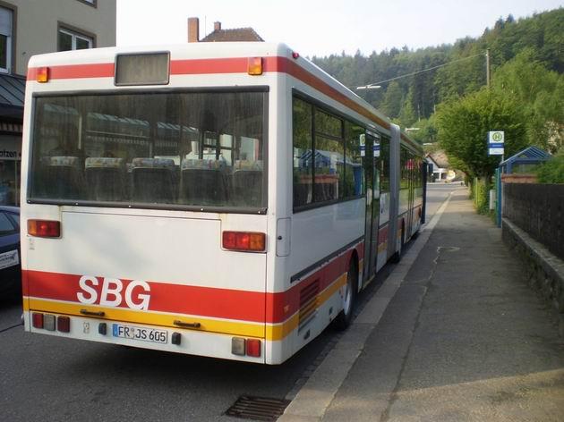 Letitý kloubový autobus stojí na zastávce na hlavní silnici v Schönau im Schwarzwald a míří do Zell im Wiesental . 29.4.2011 © Jan Přikryl