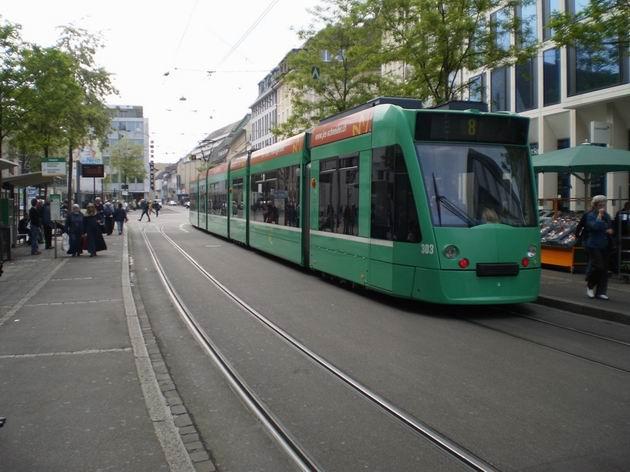 Basel: Tramvaj typu Siemens Combino ev.č. 303 dopravce BVB stojí na lince 8 v zastávce Claraplatz . 29.4.2011 © Jan Přikryl