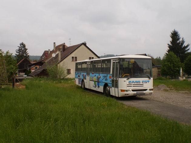 Leymen: Školní autobus Karosa Recréo odstavený za vesnicí . 29.4.2011 © Jan Přikryl